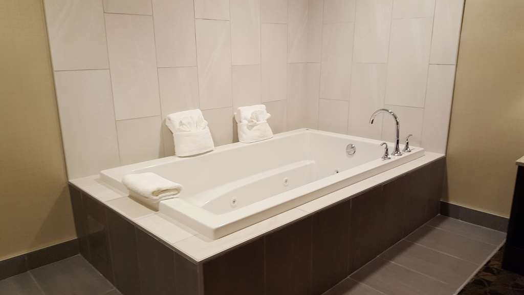 Best Western Northgate Inn - Jacuzzi Tub is in seperate bedroom along with one Queen Bed.