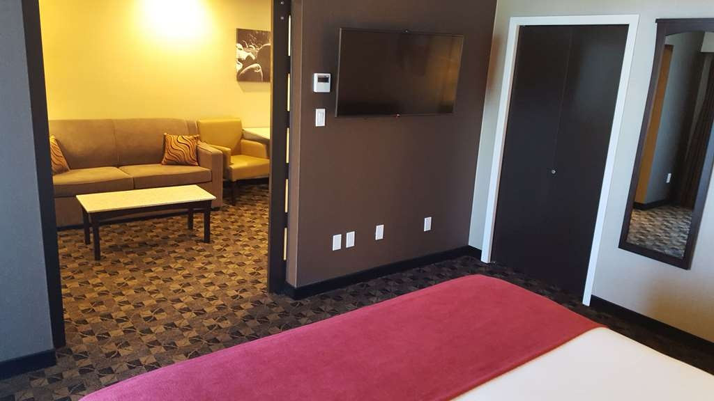 Best Western Northgate Inn - Executive Suite, King Kitchenette. View to living area from bedroom.