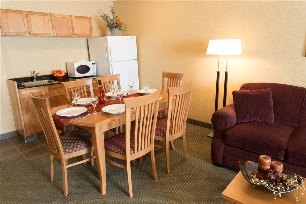 Best Western Sicamous Inn - The kitchen area has dining for six, a full size refrigerator and a selection of dishes.