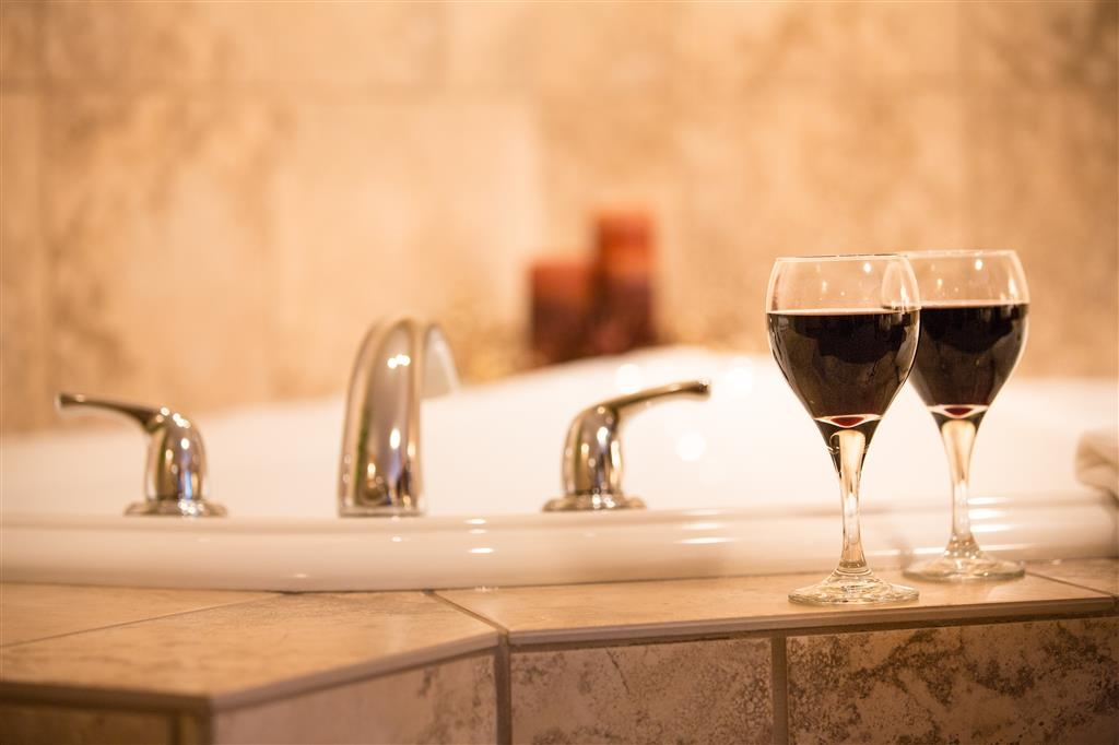 Best Western Sicamous Inn - Enjoy a glass of wine while soaking in the corner air jetted tub.