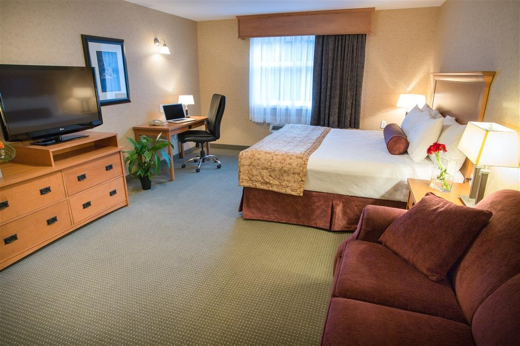 Best Western Sicamous Inn - This ADA mobility accessible room is 476 square feet and accommodates up to 4 people.