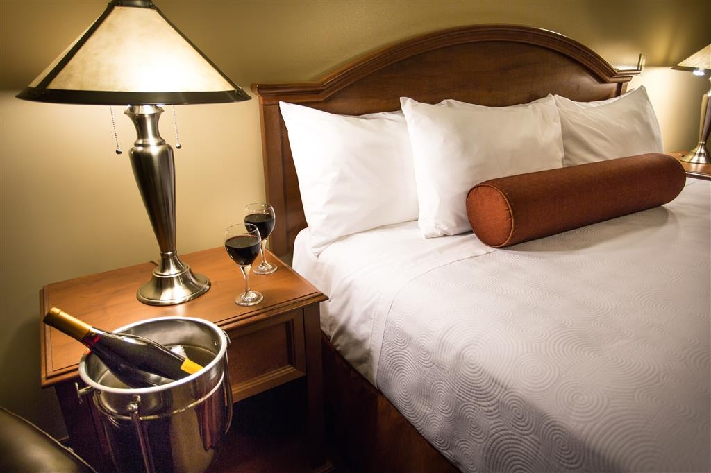 Best Western Sicamous Inn - Deluxe King Room - Pre-order some wine or bring your own!