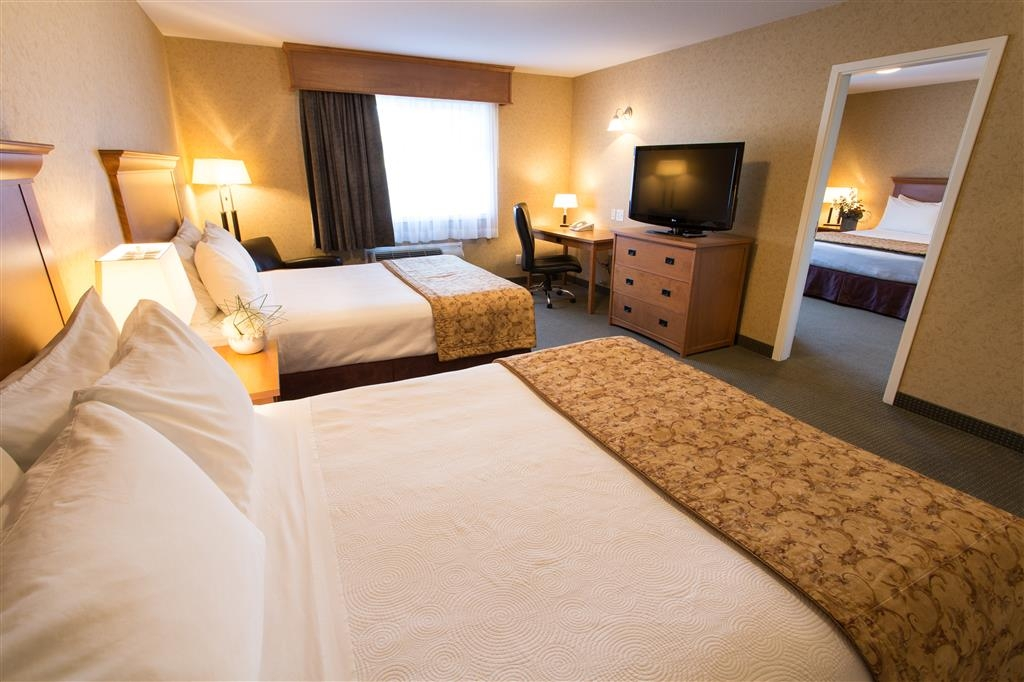 Best Western Sicamous Inn - Deluxe Family Suite with separate bedroom provides additional privacy and space.