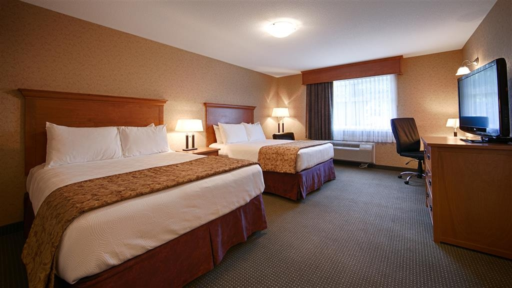 Best Western Sicamous Inn - You'll enjoy our deluxe family suite main area with 2 queen beds and an additional bedroom.