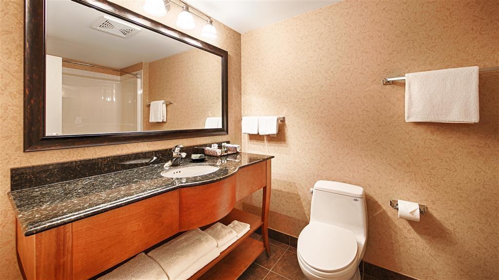 Best Western Sicamous Inn - Bathrooms in all rooms feature granite furniture style vanities and all the amenities.