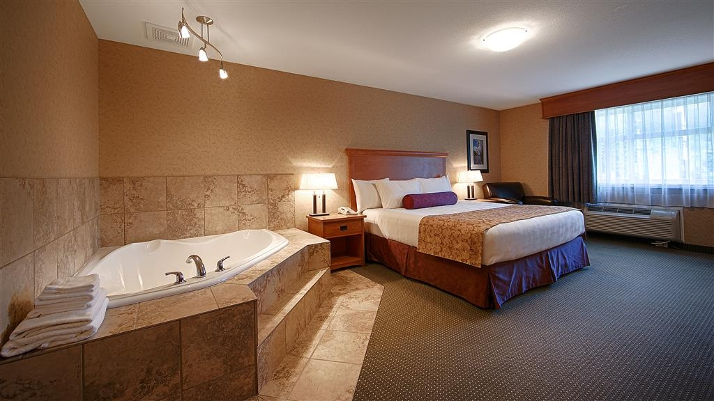 Best Western Sicamous Inn - Premier room features a corner air jetted tub for the ultimate in relaxation.