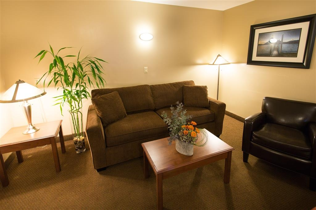 Best Western Sicamous Inn - The sofa in the sitting area converts to a queen sofa bed for additional sleeping options.