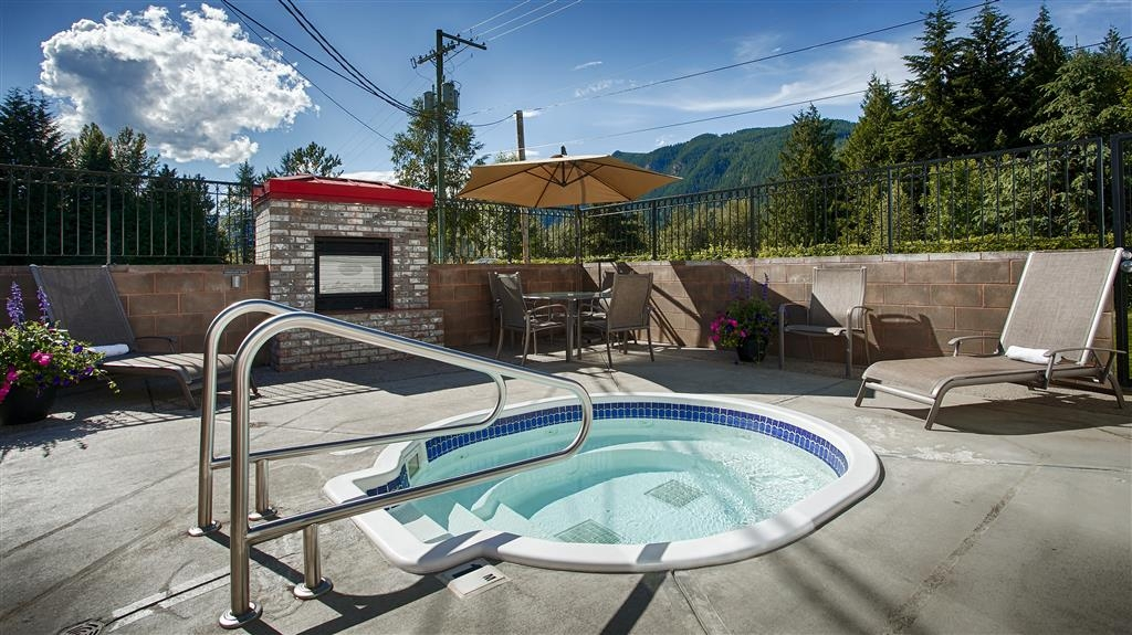 Best Western Sicamous Inn - Enjoy our outdoor hot tub with great views of the mountains and a cozy fireplace at night.