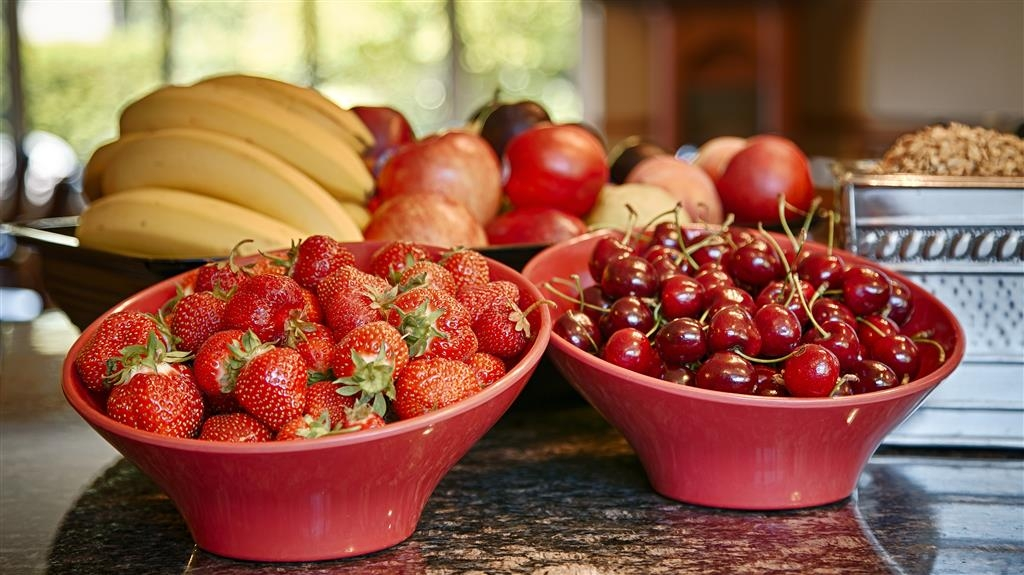 Best Western Sicamous Inn - Fresh seasonal Okanagan fruit from local orchards is served in the breakfast room daily.