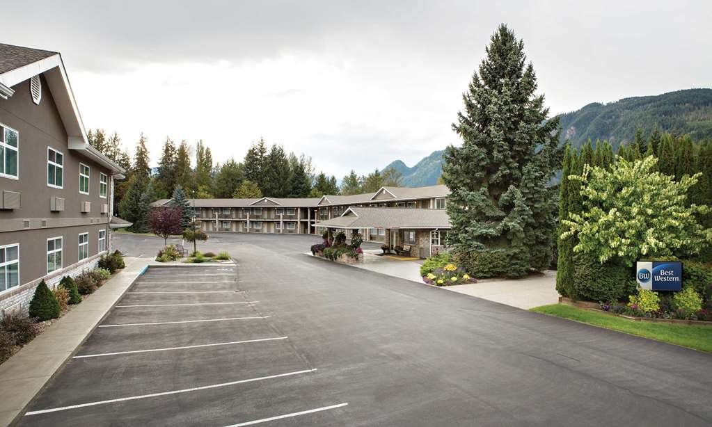 Best Western Sicamous Inn - Our property features both interior and exterior entrances and lots of parking for everyone.