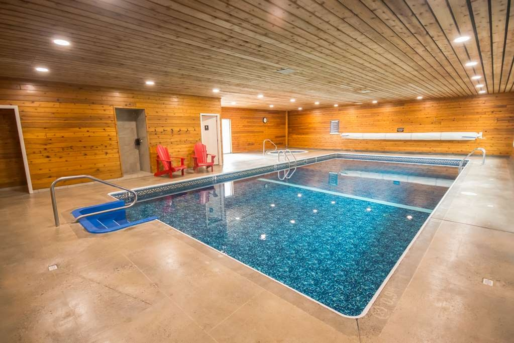 Best Western Sicamous Inn - The pool gradually deepens from 3ft at the shallow end to over 7ft in the deep end, providing lots of fun activities.