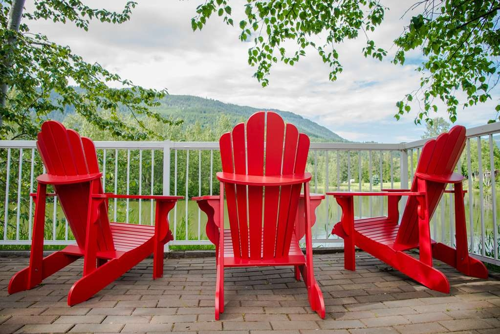 Best Western Sicamous Inn - Enjoy a picnic lunch on the river front patio deck or games on the beautiful grounds.