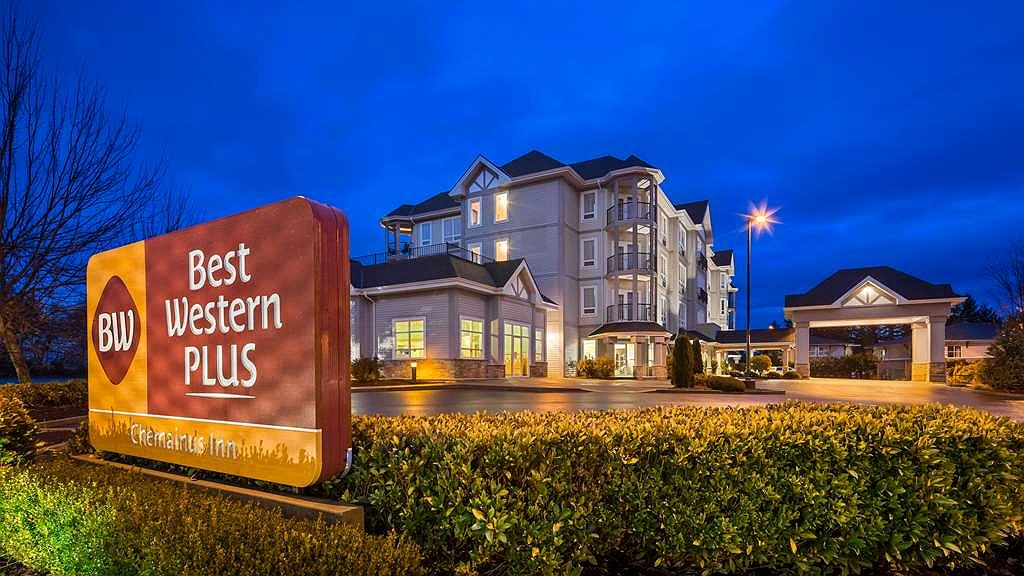 Best Western Plus Chemainus Inn - Hotel Exterior at night