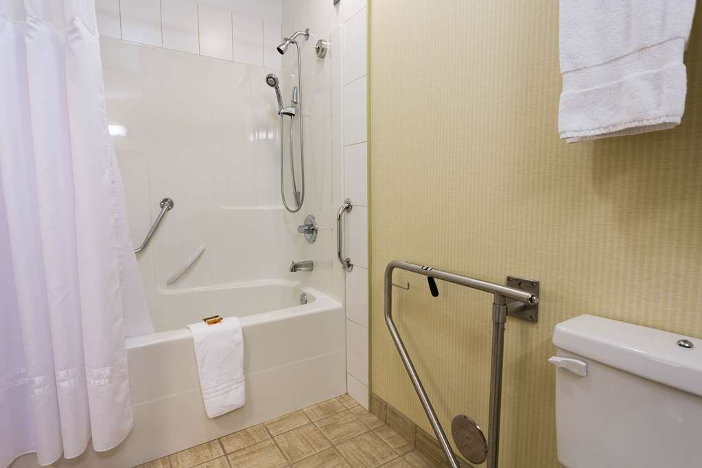 Best Western Plus Chemainus Inn - Accessible Guest Bathroom