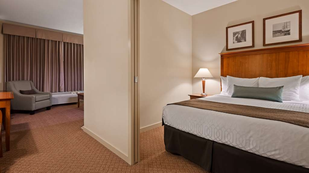 Best Western Plus Chemainus Inn - Suite with queen bed and a balcony