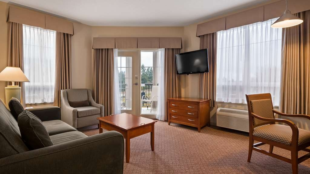Best Western Plus Chemainus Inn - Suite with king bed and a balcony