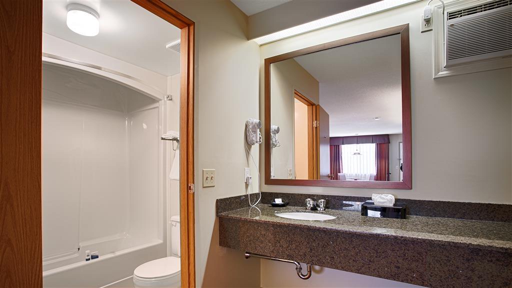 Best Western Salmon Arm Inn - Guest Bathroom
