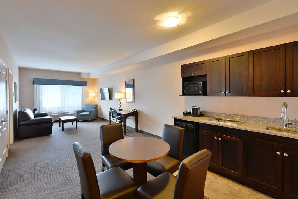 Best Western Cranbrook Hotel - Two Bedroom Studio Suite Dining Area