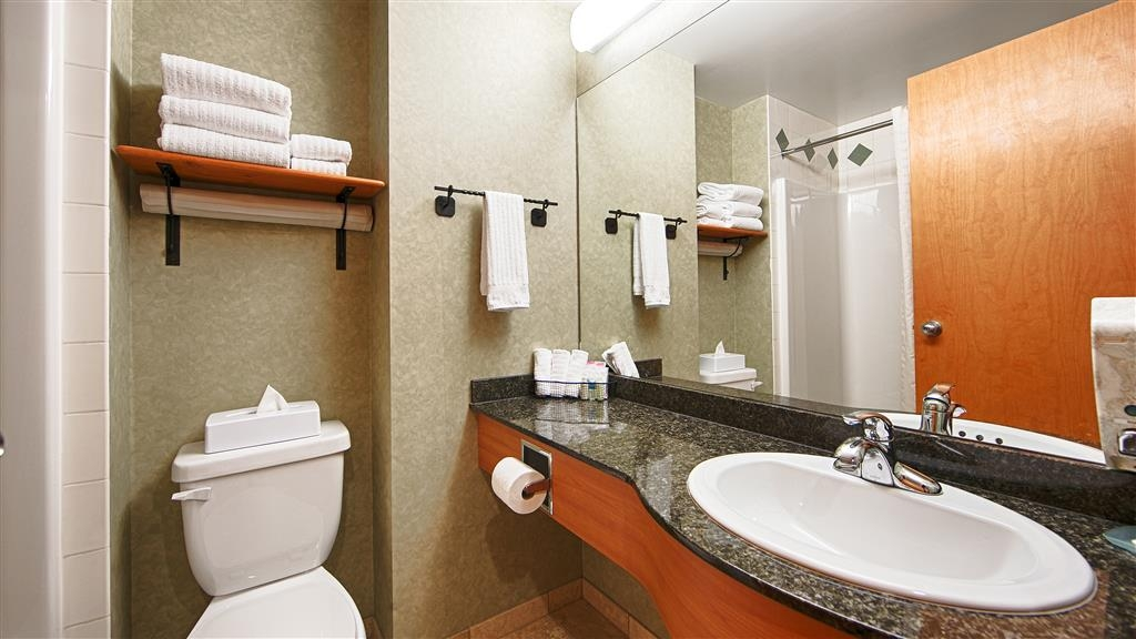 Best Western Plus Valemount Inn & Suites - Guest Bathroom