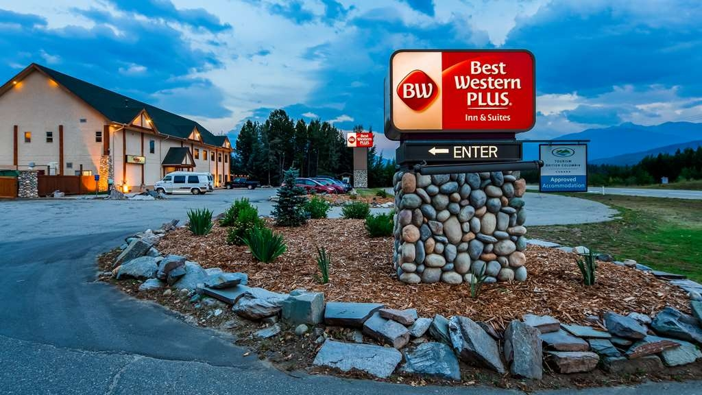 Best Western Plus Valemount Inn & Suites - Hotel Exterior NIght