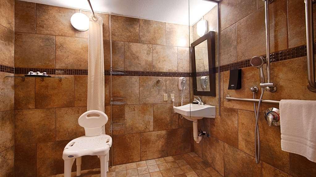 Best Western Plus Kamloops Hotel - Accessible Bathroom