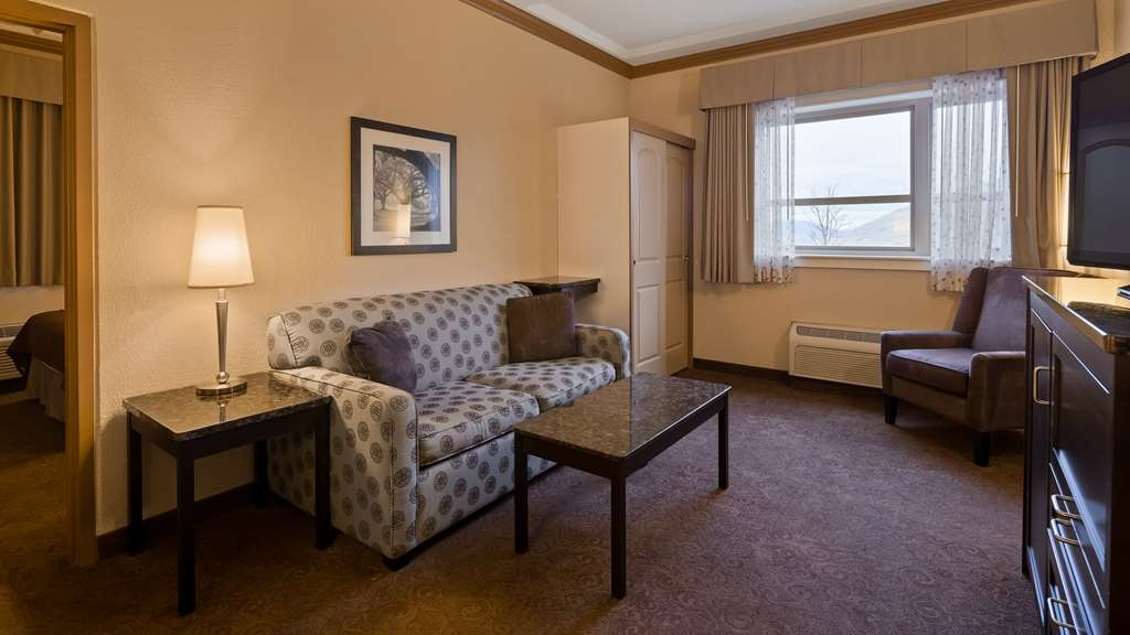 Best Western Plus Kamloops Hotel - Guest Room Suite Livingroom