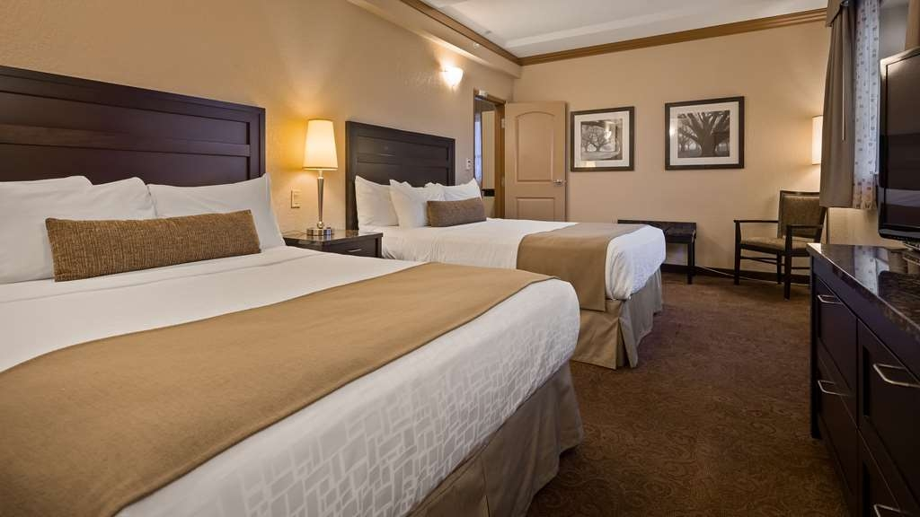 Best Western Plus Kamloops Hotel - 1 bedroom Suite with two queen beds in bedroom