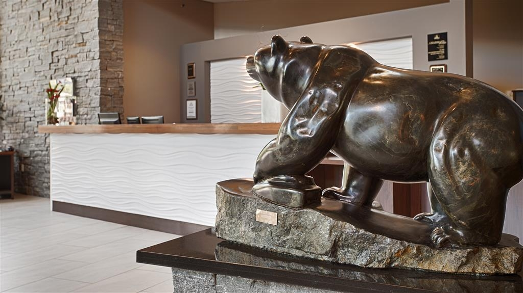 Best Western Plus Revelstoke - Local artist Hand Carved Grizzly Bear