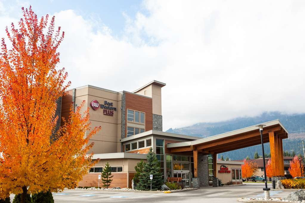 Best Western Plus Revelstoke - Front Entrance in the Fall