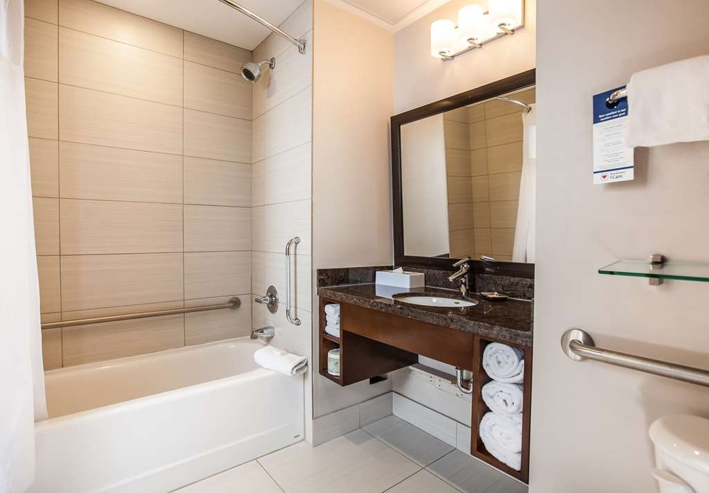 Best Western Plus Revelstoke - Accessible Bathroom