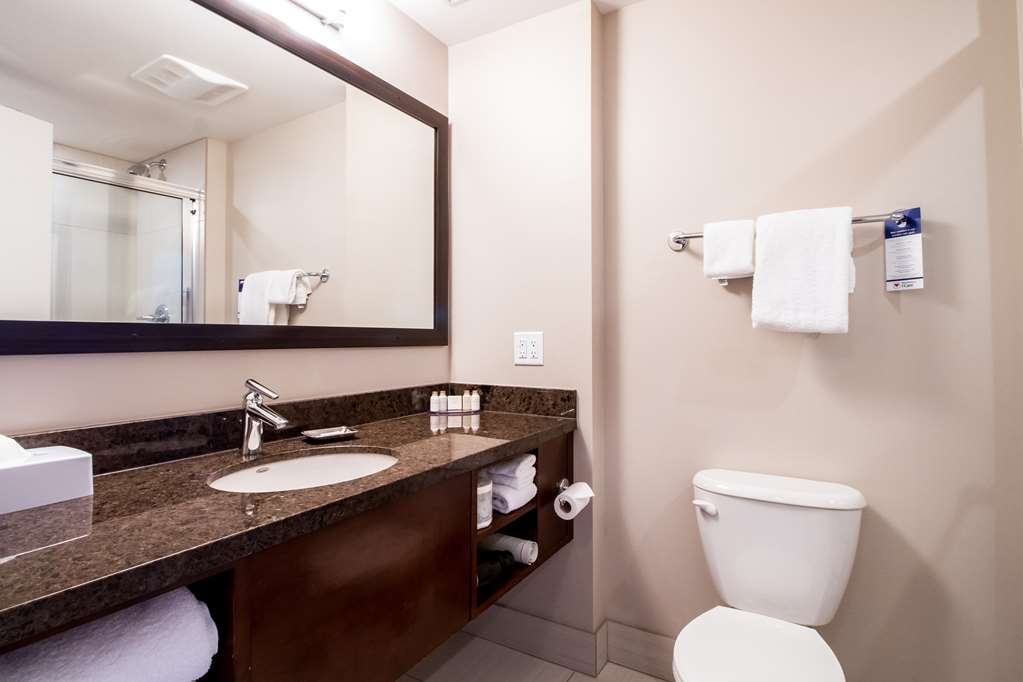 Best Western Plus Revelstoke - Guest Bathroom