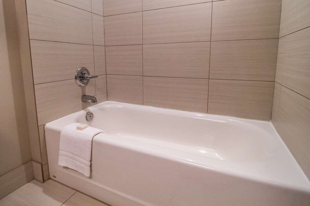 Best Western Plus Revelstoke - Guest Room Bath