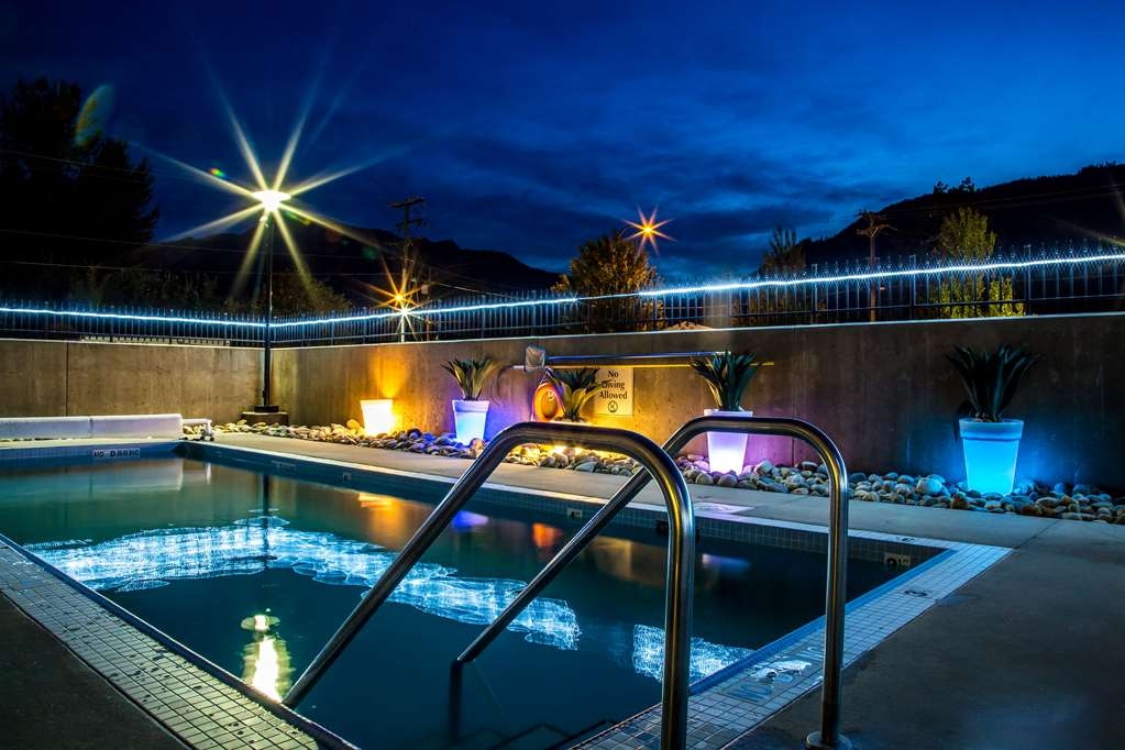 Best Western Plus Revelstoke - Our seasonal outdoor pool at night