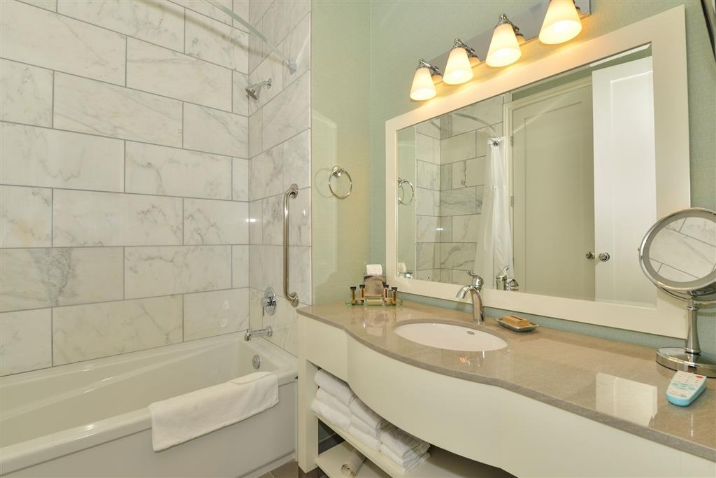 Prestige Oceanfront Resort, BW Premier Collection - Island Colonial Guest Room Bathroom