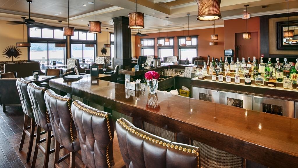 Prestige Oceanfront Resort, BW Premier Collection - Bar / Lounge