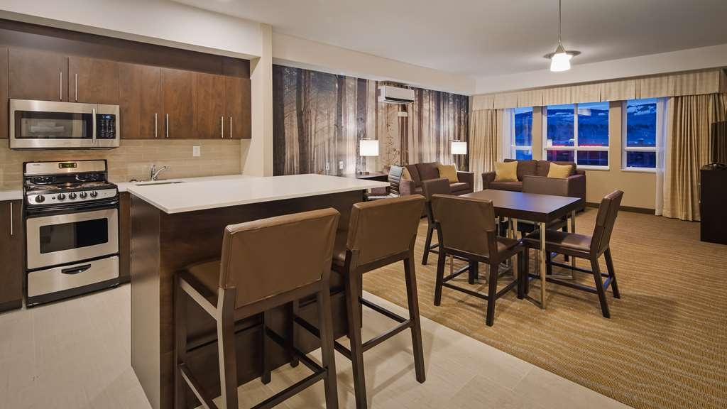 Best Western Plus Merritt Hotel - If you're traveling with your family or group of friends, opt for our Two Bedroom Suite.