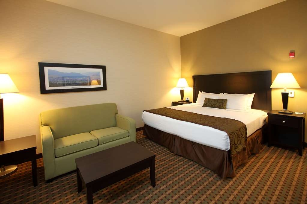 Best Western Pacific Inn - There's plenty of space in our king room with a single sofa bed for sleeping, eating and working.