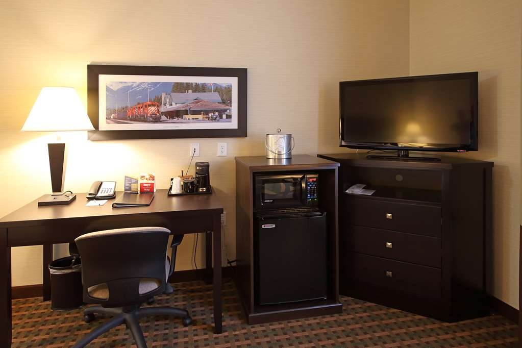 Best Western Pacific Inn - Be productive in the comfort of your own room with a large work desk and free WiFi access.