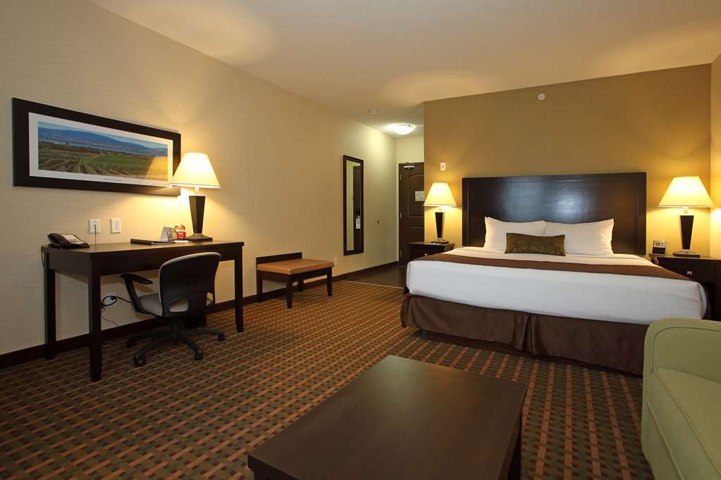 Best Western Pacific Inn - If you're looking for a little extra space to stretch out and relax, book one of our King guest rooms with a double sofa bed.