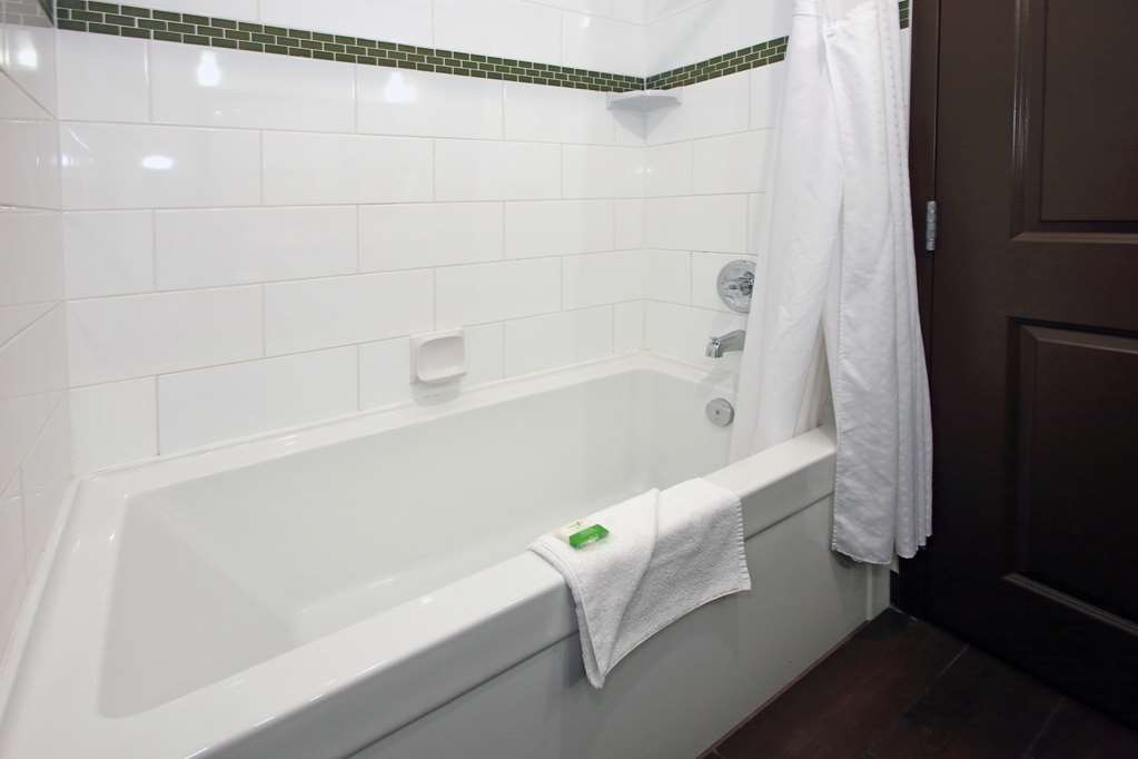 Best Western Pacific Inn - Our standard guest rooms all include a shower/tub for your convenience.