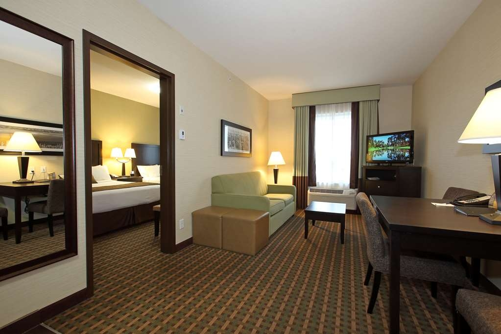Best Western Pacific Inn - Use the separate living room in our Two Queen Suite with Kitchenette for entertaining, and keep your sleeping area private.