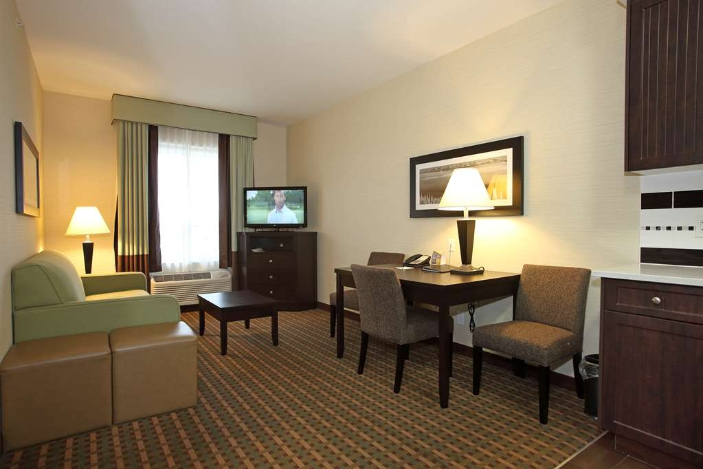 Best Western Pacific Inn - If you're traveling with your family or group of friends, opt for our Two Queen Suite with Kitchenette.