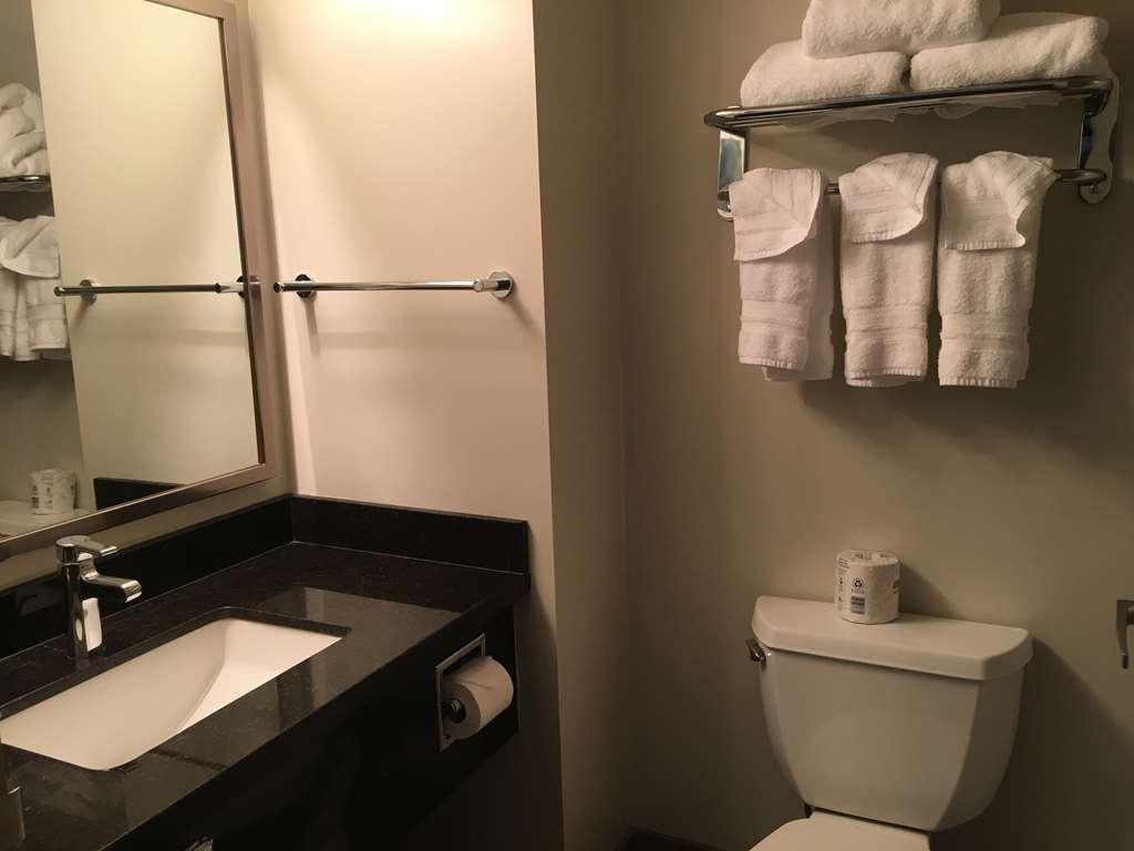 Best Western Plus Pitt Meadows Inn & Suites - Guest Bathroom