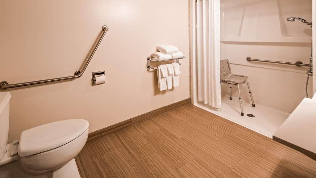 Best Western Plus Pitt Meadows Inn & Suites - Accessible Guest Bathroom