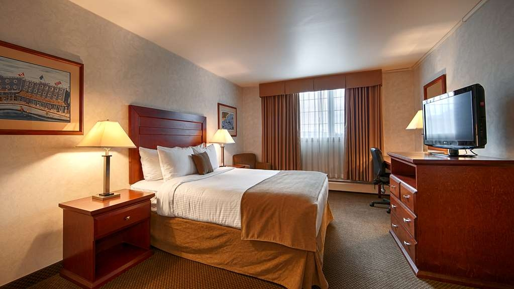 Best Western Gold Rush Inn - Pull back the covers, hop in and catch your favorite TV show in our King Guest Room.