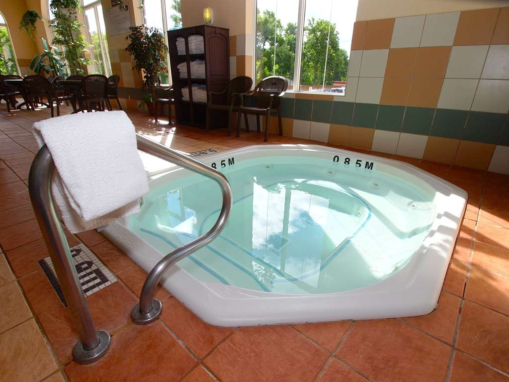 Best Western Plus Pembina Inn & Suites - Relax and feel rejuvenated with a dip in our hot tub.