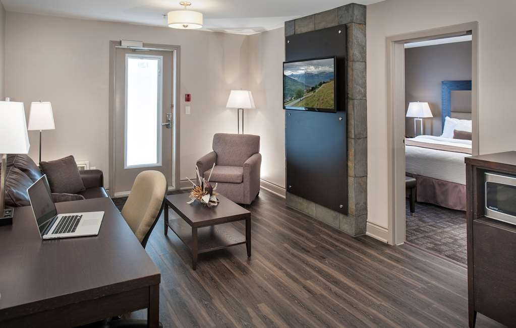 Best Western Plus Moncton - Looking to relax after a long day? Then make a reservation for our suite king rooms featuring a Jacuzzi®.