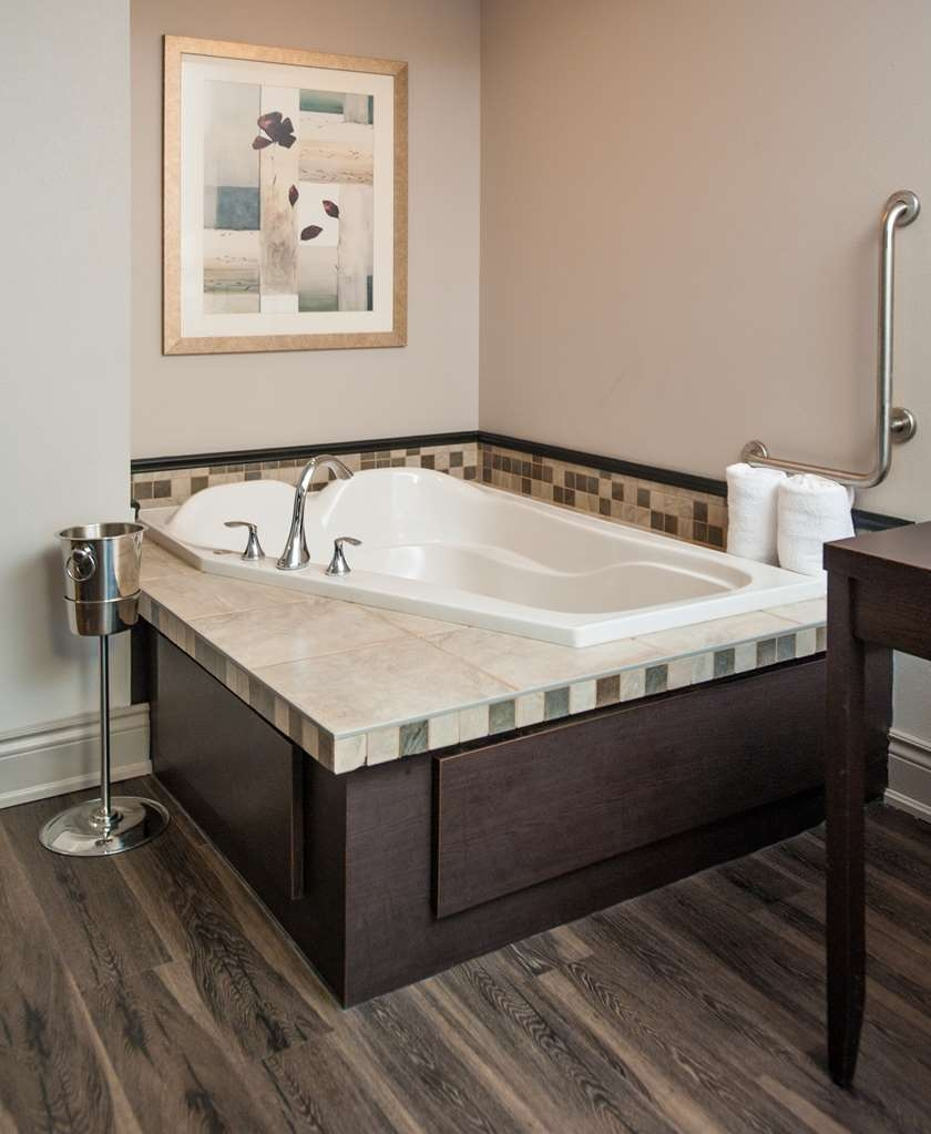 Best Western Plus Moncton - King Suite with Jacuzzi®