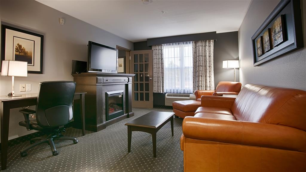 Best Western Plus Woodstock Hotel & Conference Centre - We offer distinct areas for eating, sleeping and working in this suite king bedroom.