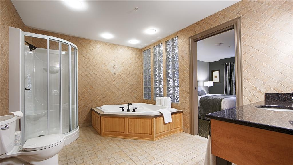 Best Western Plus Woodstock Hotel & Conference Centre - Need a moment? Make a reservation in our suite king bedroom featuring a jetted tub.